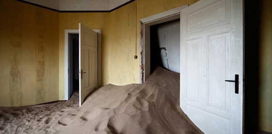 Kolmannskuppe fue abandonada y luego devorada por la arena y la paciencia del tiempo hasta que Álvaro Sánchez Montañés nos regaló este hermoso testimonio.