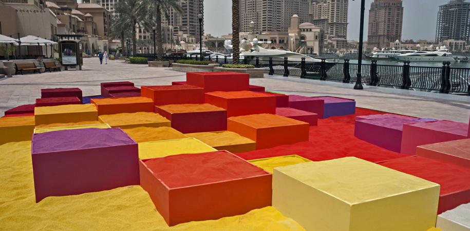 La instalación, como objeto del arte, supone también un encuentro que produce sentido. Dispone nuevos territorios para echar a andar el deseo y el goce.