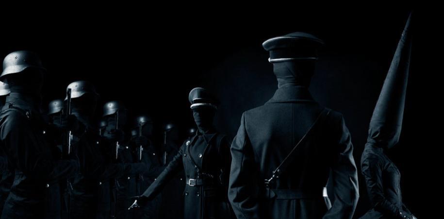 """""""El Imperio Invisible"""" del fotógrafo Juha Arvid. Exorcismo visual donde el totalitarismo y el fanatismo quedan retratados con la crudeza de un horror anónimo."""
