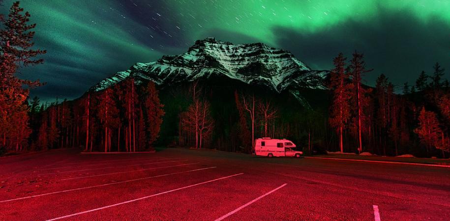 Benoit Paillé, fotógrafo canadiense, nos regala una luz asombrosa y desquiciada. Bitácora del viaje a lo oscuro como otra manera de la iluminación.